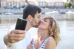 亲吻做selfie的夫妇 免版税图库摄影