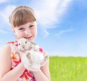 亲吻兔子的女孩 免版税图库摄影