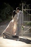 亲吻反对金属门的年轻有吸引力的印地安夫妇 库存照片