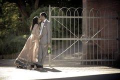 亲吻反对金属门的年轻有吸引力的印地安夫妇 图库摄影