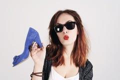 亲吻和拿着鞋子的妇女 妇女爱鞋子概念 时尚女孩和蓝色高跟鞋鞋子 美丽的女孩年轻人 免版税库存照片