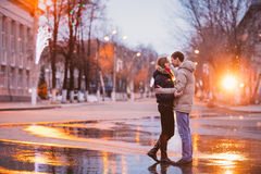 亲吻在一个秋天雨天的年轻美好的夫妇画象  图库摄影