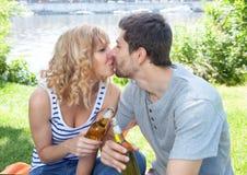 亲吻在党的夫妇外面 免版税库存图片