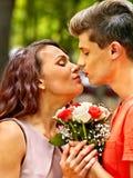 亲吻在公园的夫妇 库存图片