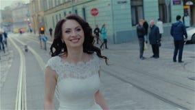 亲吻在城市的可爱的婚礼夫妇 影视素材