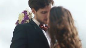亲吻在婚礼之日的beayutiful婚礼夫妇特写镜头  年轻俏丽的女孩拥抱可爱的英俊的人 股票视频