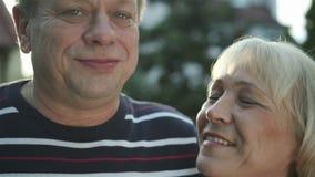 亲吻在室外的爱的愉快的年长夫妇 股票视频
