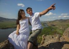 亲吻在山的夫妇 免版税库存照片