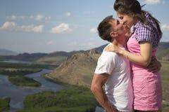 亲吻在山的夫妇 免版税图库摄影