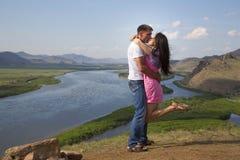 亲吻在山的夫妇 免版税库存图片