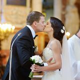 亲吻在教会里的新娘和新郎 免版税库存图片