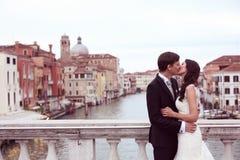 亲吻在桥梁的新娘和新郎 图库摄影