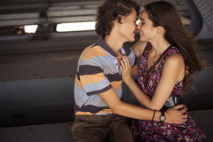 亲吻在桥梁construc的夏天白天的年轻夫妇 图库摄影