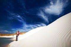 亲吻在沙漠的夫妇 库存图片
