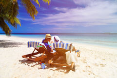 亲吻在海滩的年轻爱恋的夫妇 库存照片