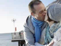 亲吻在码头的夫妇反对海 库存照片