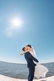亲吻在码头的年轻婚礼夫妇 免版税库存照片