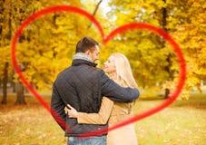 亲吻在秋天公园的浪漫夫妇 免版税库存照片