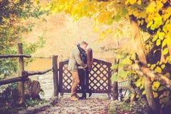 亲吻在秋天的恋人 免版税库存图片