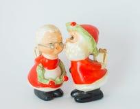 亲吻夫人的圣诞老人雕象 克劳斯白色背景 库存图片
