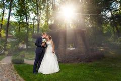 亲吻夫妇临近pavillion在阳光下 库存图片