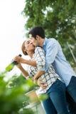 亲吻夫妇 免版税库存照片