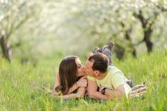 亲吻夫妇 库存照片