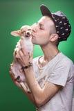 亲吻奇瓦瓦狗狗的男孩 免版税库存图片