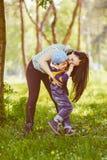 亲吻她的儿子的爱恋的母亲 库存照片