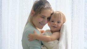 亲吻她的小儿子的美丽的少妇慢动作录影在大窗口 股票录像