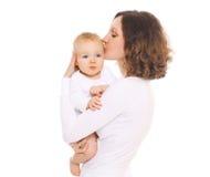 亲吻她的婴孩的愉快的年轻妈妈 库存图片