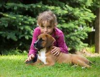 有小狗的女孩 免版税库存图片