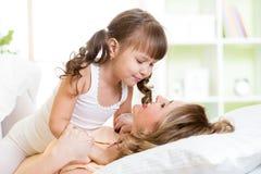 亲吻妈妈和儿童的女儿拥抱和  库存图片