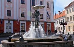 亲吻学生雕塑在爱沙尼亚 库存图片