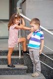 亲吻小女孩的手的小男孩。 免版税库存图片
