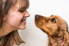 亲吻少妇的逗人喜爱的狗 库存图片