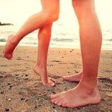 亲吻恋人-在海滩的夫妇爱概念 免版税图库摄影