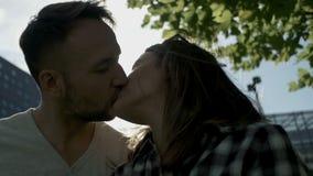 亲吻愉快的夫妇,户外 股票录像