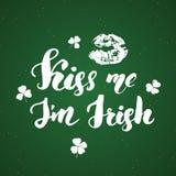 亲吻我, I ` m爱尔兰语 圣帕特里克` s天贺卡与嘴唇和三叶草的手字法,爱尔兰假日掠过了书法标志 皇族释放例证
