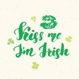 亲吻我, I ` m爱尔兰语 圣帕特里克` s天贺卡与嘴唇和三叶草的手字法,爱尔兰假日掠过了书法标志v 库存例证