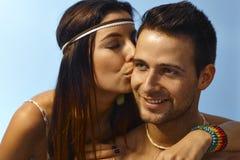 亲吻爱恋的夫妇户外 免版税库存照片