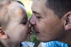 亲吻父亲和儿子夏天 库存图片