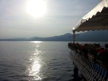 亲吻由在Garda湖的太阳 库存照片