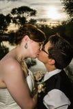 亲吻由湖的已婚夫妇 免版税库存照片