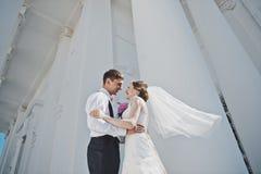 亲吻男人和妇女白色教会3882的背景的 免版税库存照片