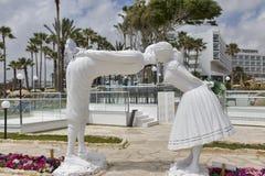 亲吻男人和妇女雕象  婚礼的地方在帕福斯,塞浦路斯 免版税图库摄影