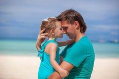 亲吻的一个小女孩的画象一个爸爸 图库摄影