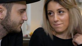 亲吻的和戏弄的年轻有吸引力的夫妇饮用的咖啡 股票视频