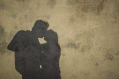 亲吻的夫妇剪影 免版税库存照片