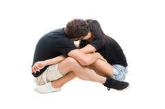 亲吻年轻的夫妇坐和面对 库存照片